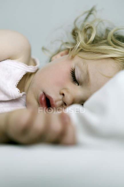 Крупним планом постріл милі спальні Блондинка Дівчинка — стокове фото