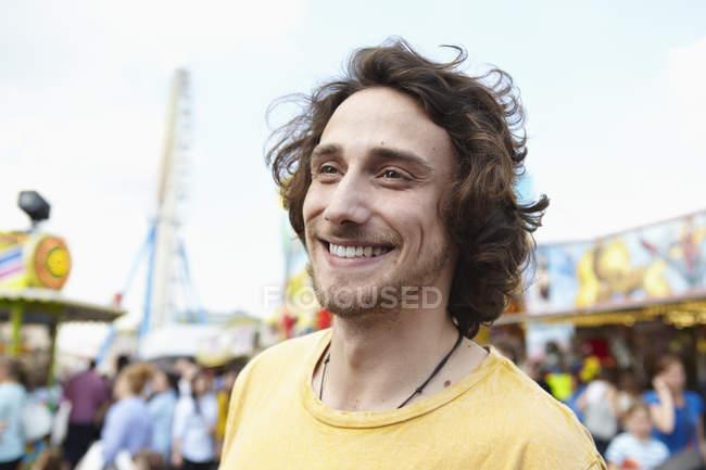 Щасливий хлопець портрет, парк атракціонів подання на тлі — стокове фото
