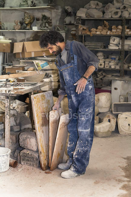 Art foundry worker in workshop — Stock Photo
