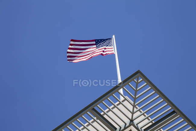 Germany, Berlin, US embassy with American flag against sky — Stock Photo
