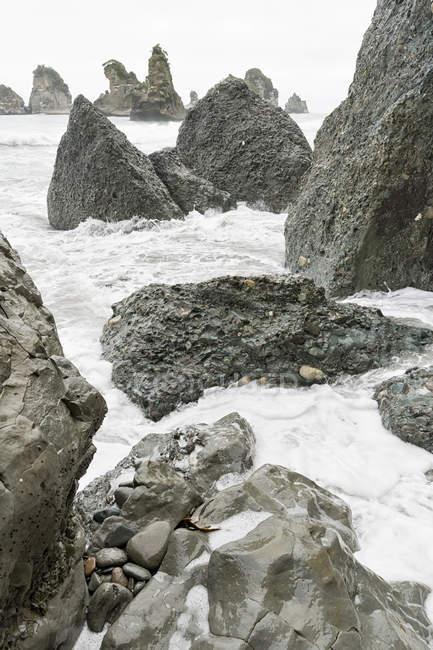 Exposés de Nouvelle Zélande, Île du Sud, Barrytown, éclaboussures de vagues sur roches — Photo de stock