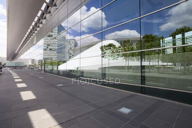 Luxemburgo, cidade de Luxemburgo, bairro europeu, prédio de escritórios e reflexo da Filarmónica na Praça Europeia — Fotografia de Stock
