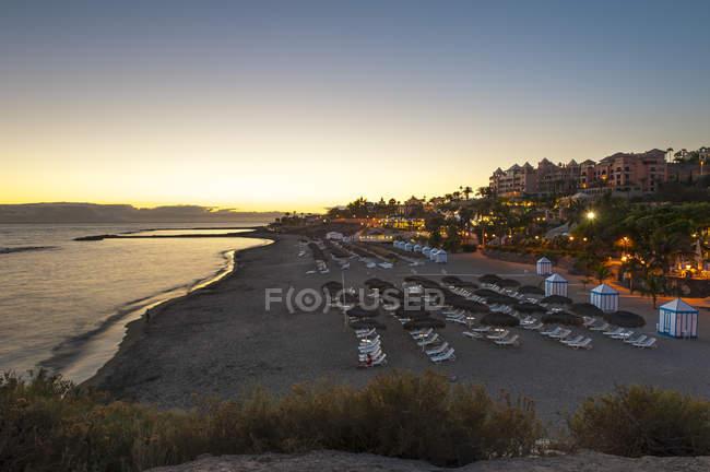 Espagne, Îles Canaries, Tenerife, Costa Adeje, Playa Del Duque dans la soirée — Photo de stock