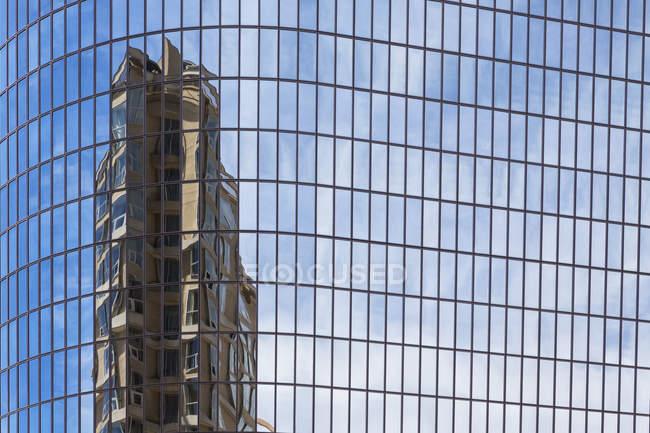 USA, Kalifornien, los angeles, Spiegelung eines Hochhauses in einer Glasfassade — Stockfoto
