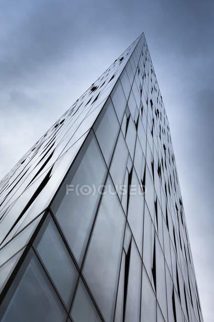 Isola, Reykjavik, facciata in vetro di un edificio per uffici, vista dal basso — Foto stock