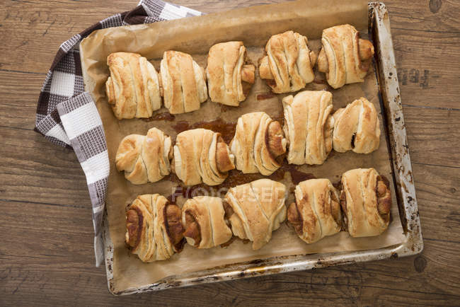 Bollos de Franzbroetchen al horno en la bandeja - foto de stock