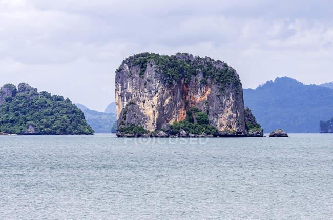 Thailandia, Ko Yao Noi, Formazione rocciosa nel Mare delle Andamane — Foto stock