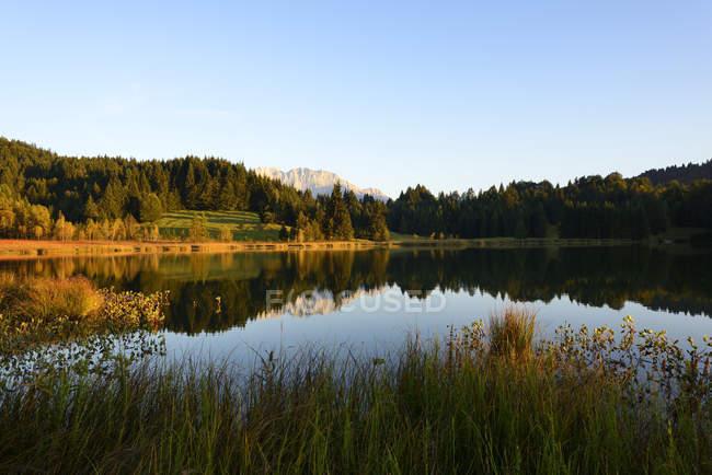 Alemania, Baviera, Alta Baviera, Tierra Werdenfelser, Kruen, Lago Geroldsee, en el fondo las montañas Karwendel - foto de stock