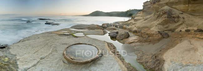 Nuova Zelanda, Isola del Sud, Tasman, Kahurangi Point, piscine nelle rocce calcaree sulla riva — Foto stock