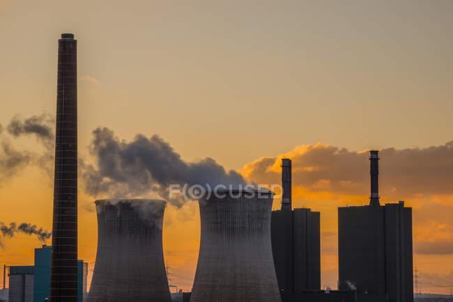 Alemanha, Renânia do Norte-Vestefália, Duisburg Huettenheim, vista central eléctrica de Huckingen ao anoitecer — Fotografia de Stock