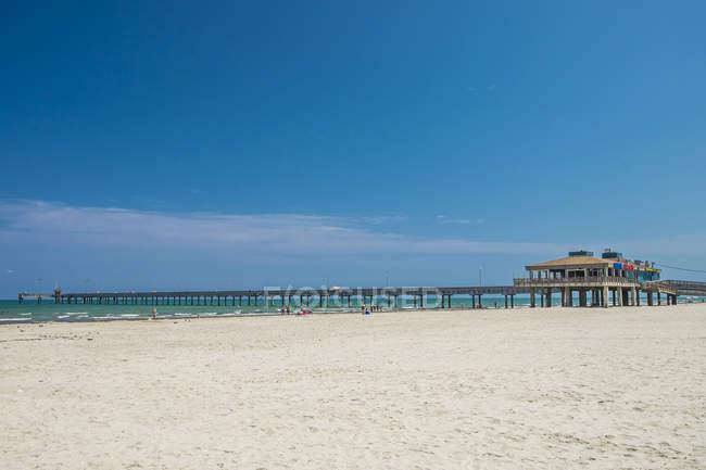 США, Техас, Корпус-Крісті, Північна Padre Island, Боб зал пристані і пляж — стокове фото