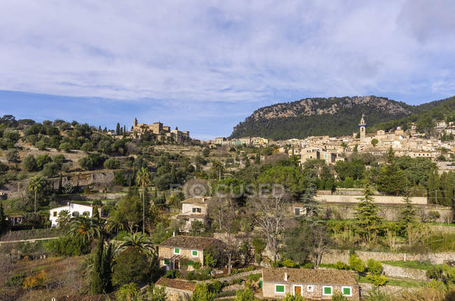 Espanha, Ilhas Baleares, Maiorca, Valldemossa, S 'Arxiduc e vista para os edifícios na colina durante o dia — Fotografia de Stock