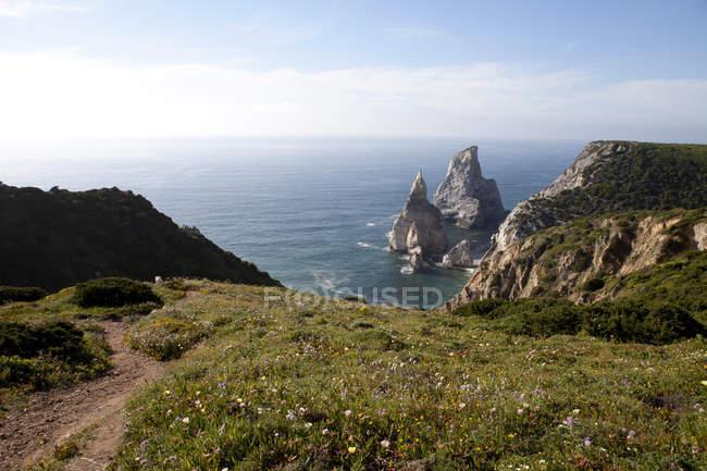 Portugal, Sintra, Praia da Ursa, rochas no oceano — Fotografia de Stock