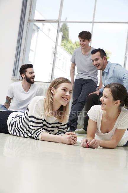 Группа креативных профессионалов, прорывающихся на пол в офисе — стоковое фото