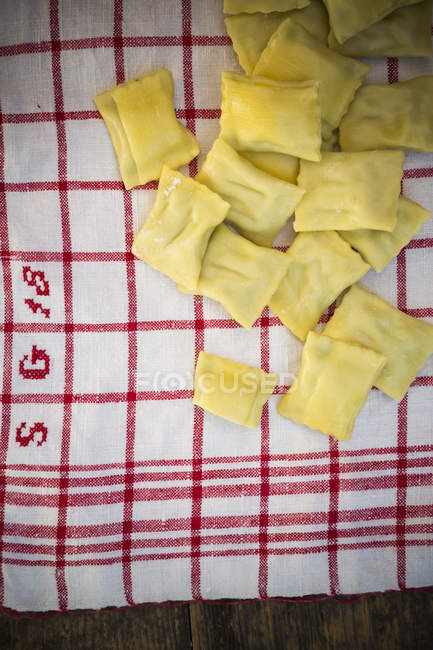 Швабський галушками суп на кухонне рушник, підвищені подання — стокове фото