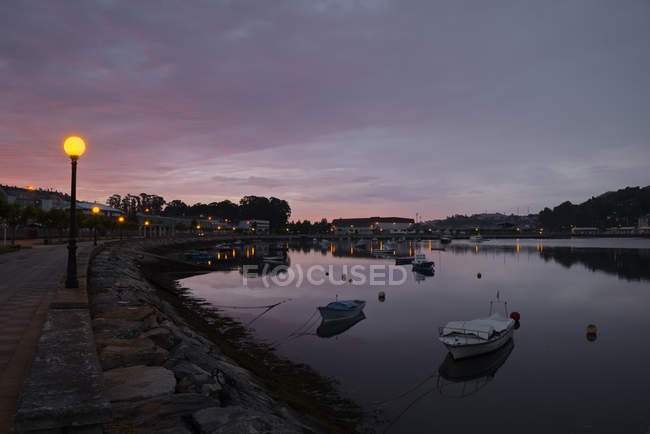 Spain, Galicia, Viveiro, Ria de Viveiro harbor at twilight — Stock Photo