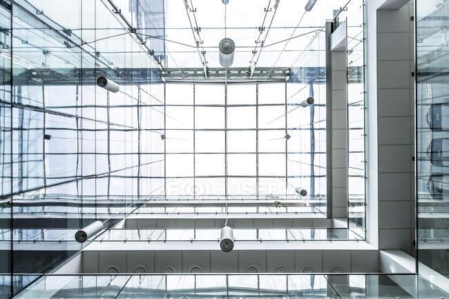Польша, Варшава, часть стеклянной крышей технического университета, крайне низкий угол зрения — стоковое фото