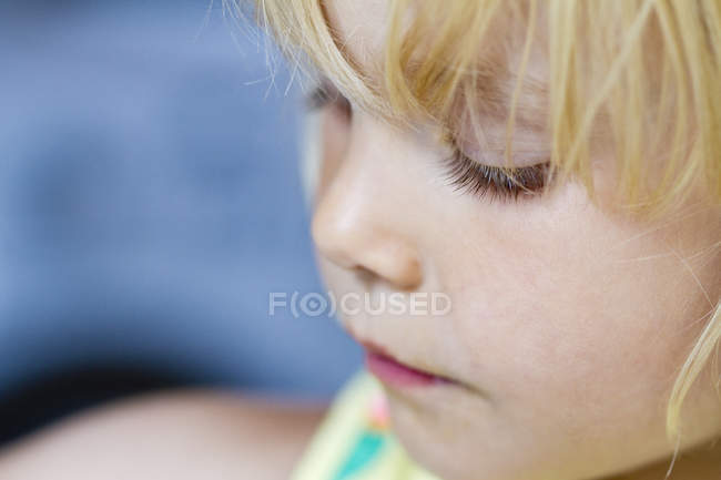Дівчинка дивиться — стокове фото