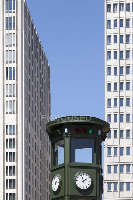 Germania, Berlino, vista sul semaforo ricostruito e facciate di grattacieli in piazza Potsdam, vista parziale — Foto stock