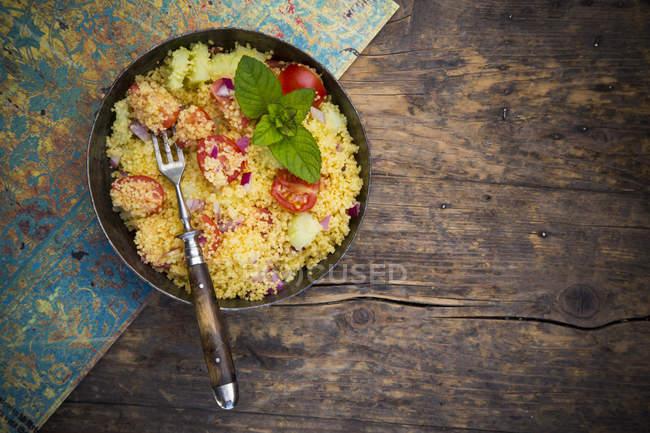 Taboulé, salade de Couscous avec tomates, concombre, oignon rouge et menthe poivrée — Photo de stock