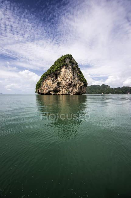Thailandia, Ko Yao Noi, Laem Sak, Formazione rocciosa nel Mar delle Andamane — Foto stock