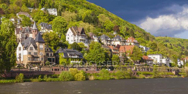 Deutschland, baden-wuerttemberg, heidelberg, blick auf exklusives wohngebiet am neckar — Stockfoto
