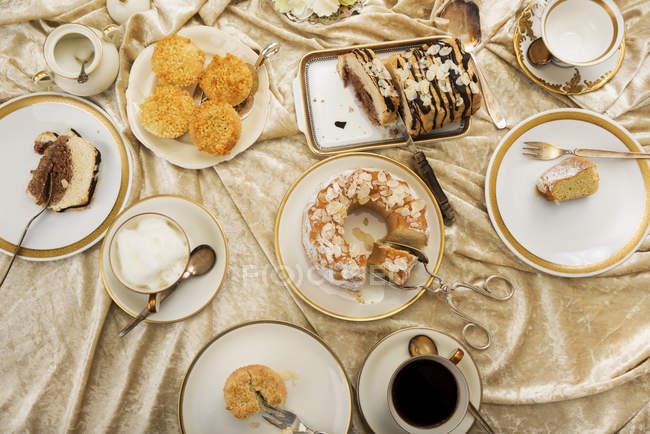 Variazioni di dolci di mandorla italiane sulla tavola imbandita di caffè — Foto stock