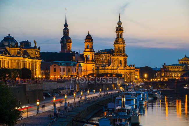 Германия, освещенная Дрезден города городской пейзаж в сумерках — стоковое фото