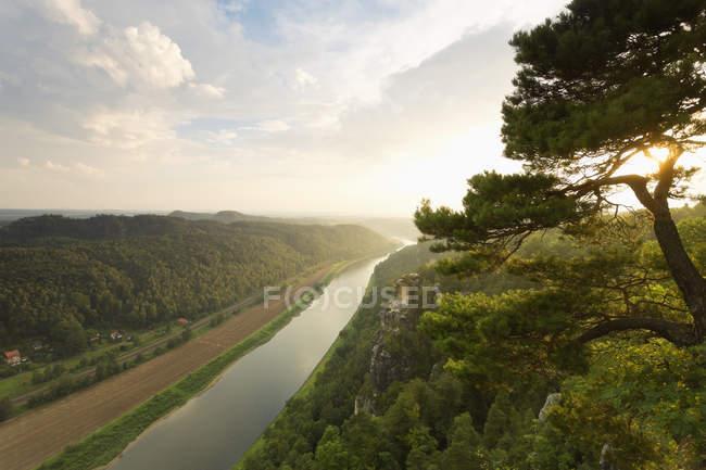 Alemania, Sajonia, Elba Montañas de piedra arenisca, vista a Wartturm y el río Elba - foto de stock