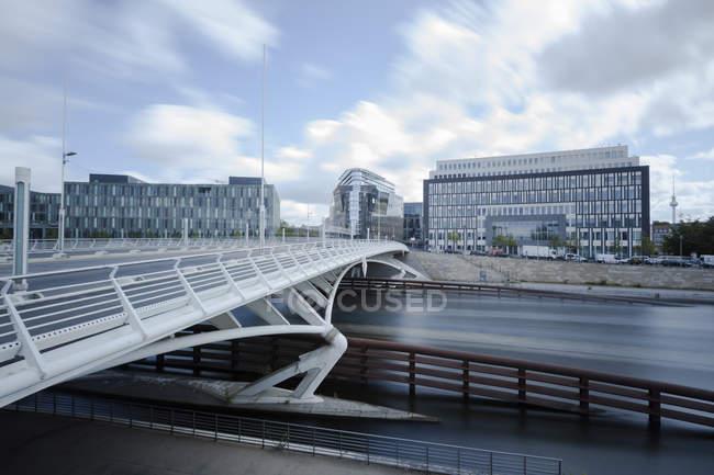 Alemanha, Berlim, vista para o Rio Spree e ponte sobre água — Fotografia de Stock