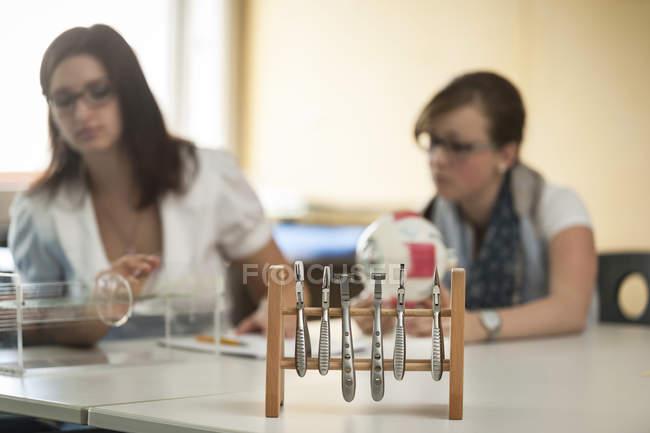 Aparatos ópticos y estudiantes de escuelas vocacionales - foto de stock