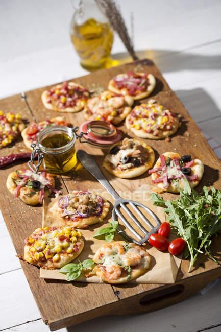 Домашний мини-пиццы на разделочная доска — стоковое фото