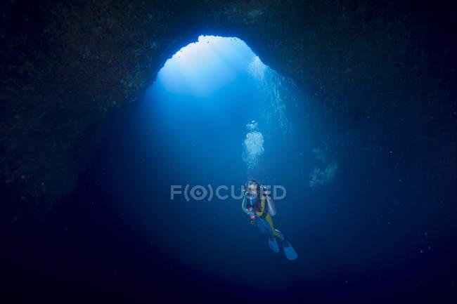 Palau, Pacific Ocean, scuba diver in underwater cave — Stock Photo