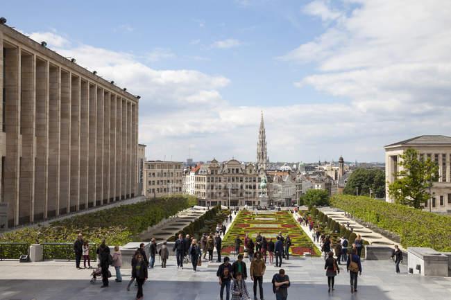 Belgium, Brussels, Mont des arts, Place de l'Albertine and crowd of tourists — Stock Photo