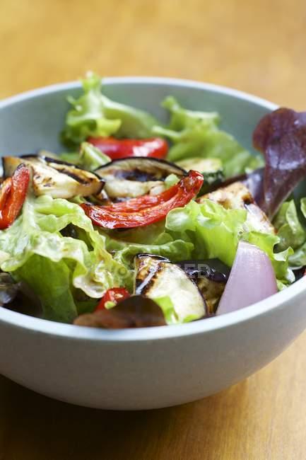 Мікс-салат з овочами і бальзамічним соусом вінегрет в мисці — стокове фото