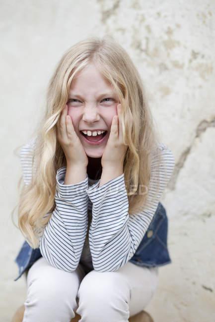 Крупным планом портрет девочки кричать — стоковое фото