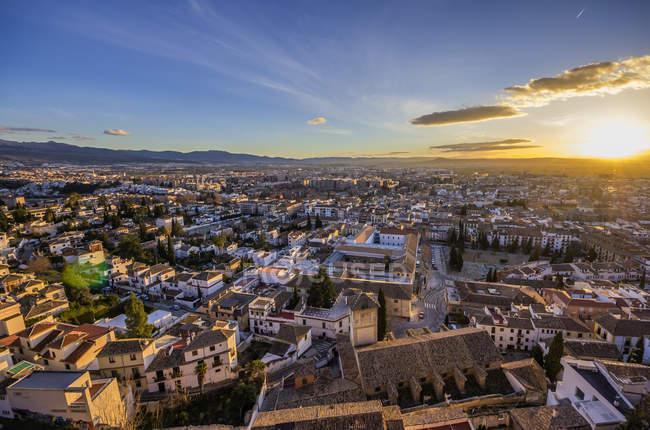 Paisaje urbano al atardecer desde el distrito de Realejo-San Matías, Granada, Andalucía, España - foto de stock