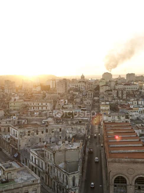 Куба, Гавана, вид на Старый город в сумерках — стоковое фото