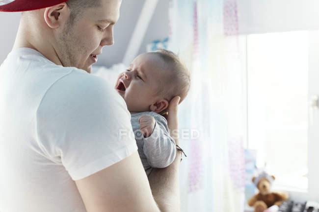Молодий тато зіпсується плакала — стокове фото
