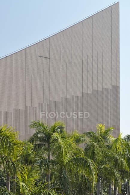 Китай, Культурный центр Гонконга в Коулуне за пальмами — стоковое фото