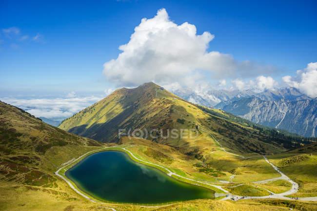 Німеччина, Баварія, Allgaeu Альп, штучне озеро в Fellhorn під хмарами денний час — стокове фото