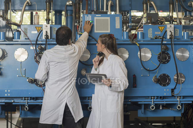 Zwei Techniker steuern Maschinen in Fabrik — Stockfoto