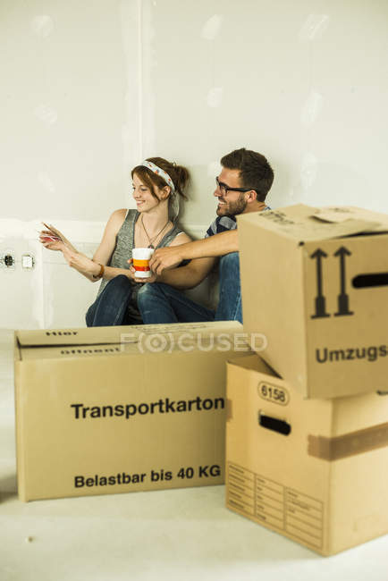 Couple moving house looking at color samples — Stock Photo