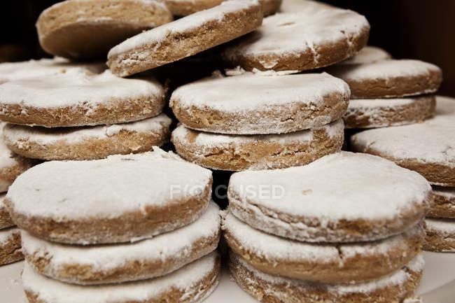 Pâtisseries sucrées empilés avec sucre glace — Photo de stock