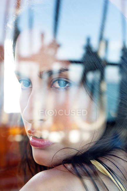Junge Frau in der Kabine auf einem Segelschiff — Stockfoto