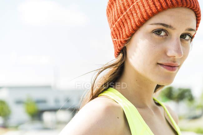 Портрет молодої жінки капелюсі шерстистого — стокове фото