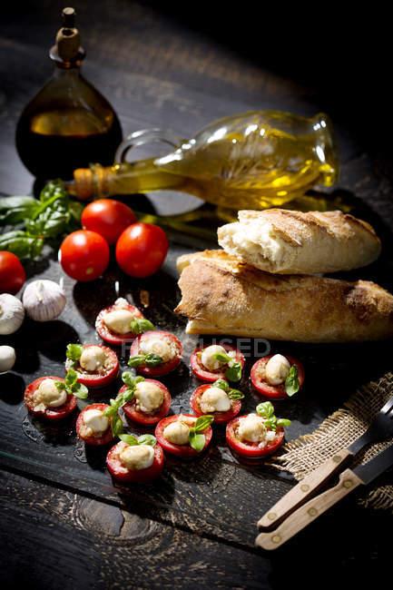 Tranches d'aux herbes de mozzarella, fromage, tomates et basilic — Photo de stock