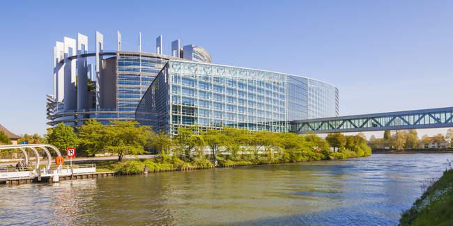 Francia, Alsazia, Strasburgo, Parlamento al fiume di L'ill — Foto stock