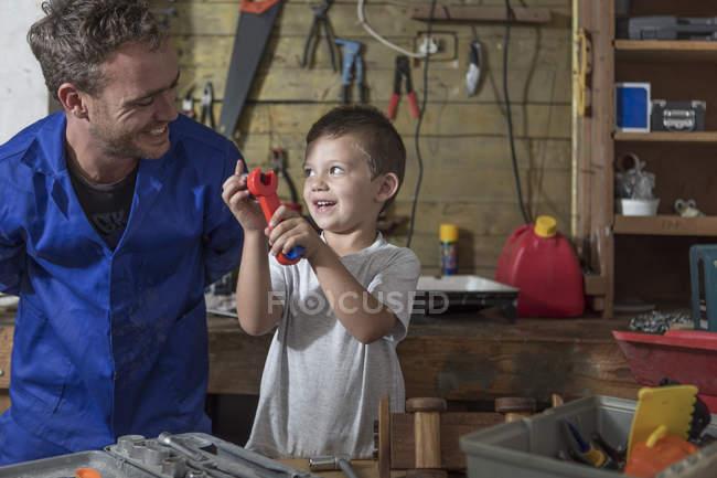 Vater und Sohn arbeiten in der heimischen Garage — Stockfoto
