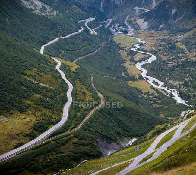 Альпы, вид на долину и на горы проходят в дневное время — стоковое фото